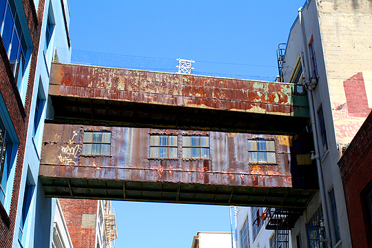 Footbridge over Stevenson Street, San Francisco, photo by Igor Uriarte, known as 20R3Mun on Flickr